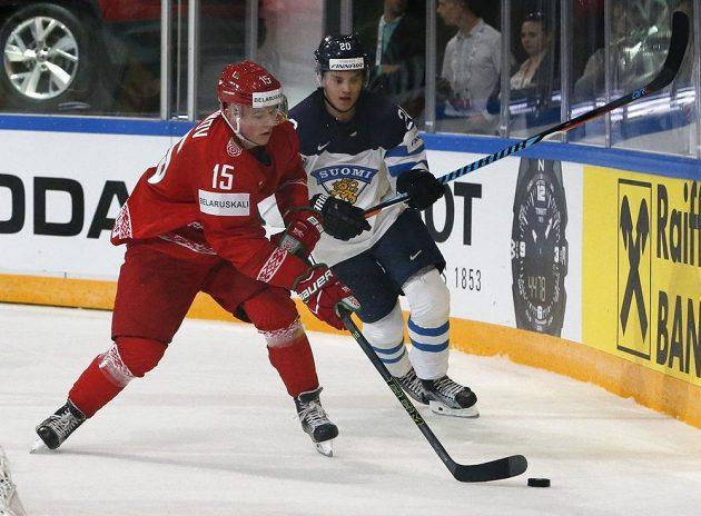 Finský hokejista Sebastian Aho v souboji s Bělorusem Arťjomem Demkovem v utkání mistrovství světa.