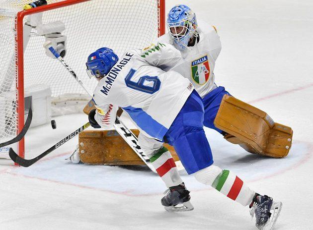 Brankář Itálie Marco de Filippo Roia dostává gól po střele Jana Kováře (není na snímku). Vlevo je Sean McMonagle z Itálie.