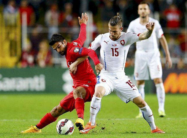 Turek Muhammet Demir (vlevo) bojuje o míč s Lukášem Váchou.