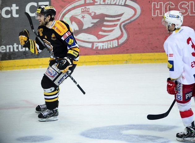 Litvínovský útočník Robin Hanzl (vlevo) se raduje z gólu na ledě Slavie. Vpravo přihlíží obránce červenobílých Petr Šenkeřík.