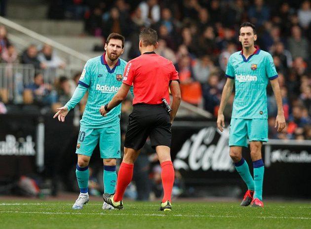 Fotbalisté Barcelony poprvé prohráli pod vedením trenéra Quiqueho Setiéna. Hvězdný Lionel Messi diskutuje s rozhodčím.