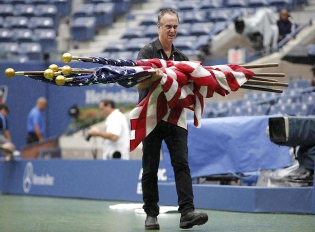 Vlajky musely pryč, déšť dělal problémy před finále US Open.