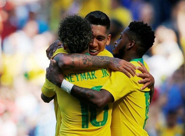 Brazilec Firmino (vzadu) se spoluhráči Neymarem a Fredem gól v přípravném duelu s Chorvatskem.