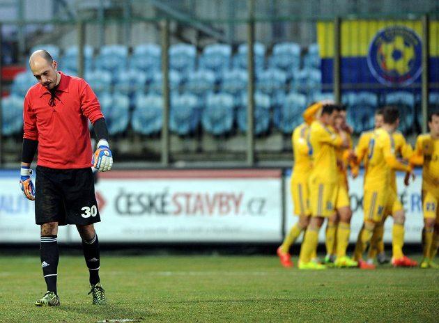 Jihlavští fotbalisté se radují z gólu proti Českým Budějovicím. Vlevo je smutný brankář Dynama Zdeněk Křížek.