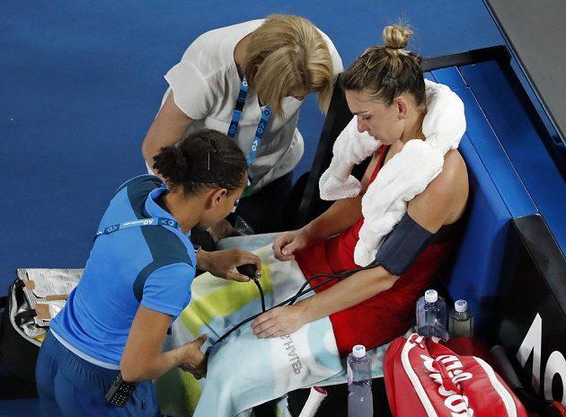 Halepová a její pauza na ošetření při finále Australian Open.