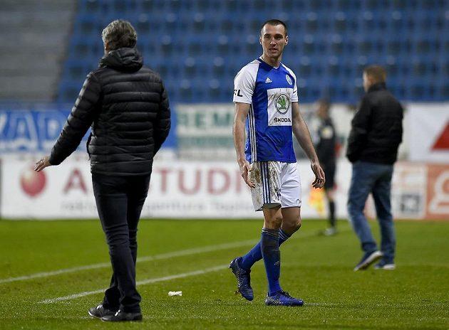 Aleksandar Šušnjar z Boleslavi odchází ze hřiště po červené kartě.