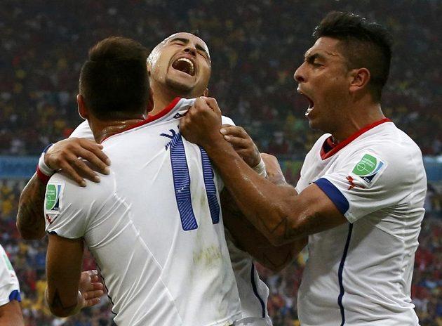 Chilští fotbalisté Eduardo Vargas (zleva), Arturo Vidal a Gonzalo Jara oslavují triumf nad mistry světa.