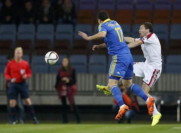 Bělorus Edgar Olechnovič (vpravo) bojuje o míč s Ukrajincem Artemem Fedetskijem.