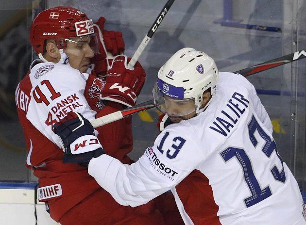 Francouzský hokejista Peter Valier v souboji s Dánem Jesperem Jensenem Aabem v utkání mistrovství světa.