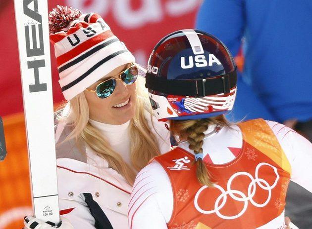 Američanka Lindsey Vonnová (vlevo) sice v cíli rozdávala úsměvy, na olympijské zlato ze sjezdu ale musela zapomenout. Brala bronzovou medaili.