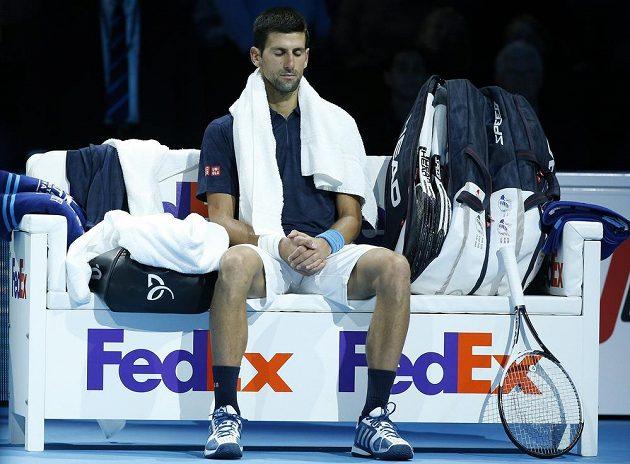 Zklamaný Novak Djokovič poté, co prohrál finále Turnaje mistrů.