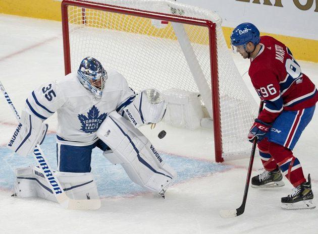 Český gólman Toronta Maple Leafs Petr Mrázek chytá střelu montrealského Danicka Martela během přípravného utkání na nový ročník NHL.