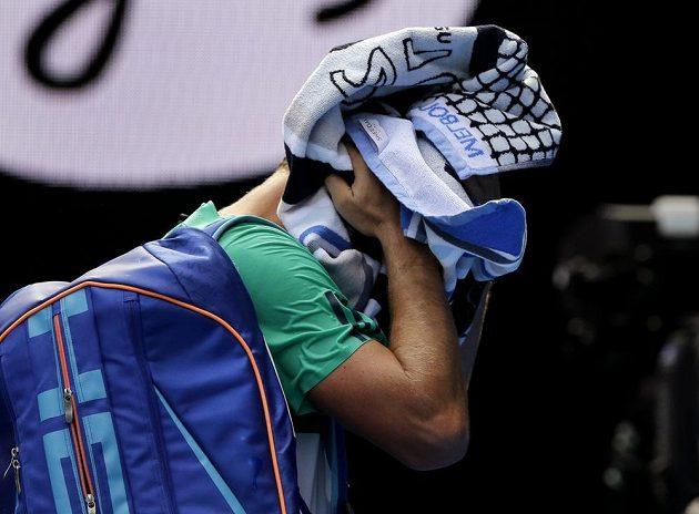 Zklamaný Tomáš Berdych po porážce s Rogerem Federerem ve čtvrtfinále Australian Open.