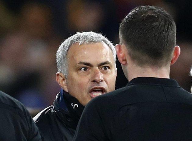 Manažer Manchesteru United José Mourinho si měl po čtvrtfinále Anglického poháru co říct s rozhodčím. Jeho tým vypadl po prohře s Chelsea.