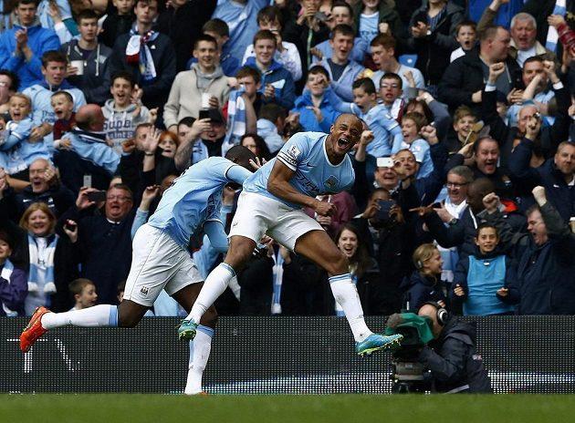 Kapitán Manchesteru City Vincent Kompany (vpravo) slaví gól proti West Hamu United.