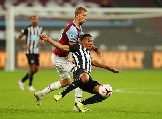 Český záložník Tomáš Souček v dresu West Hamu v utkání Premier League s Newcastlem.