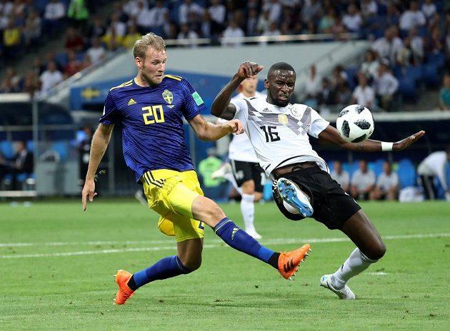 Švédský útočník Ola Toivonen otevírá skóre utkání s Německem.