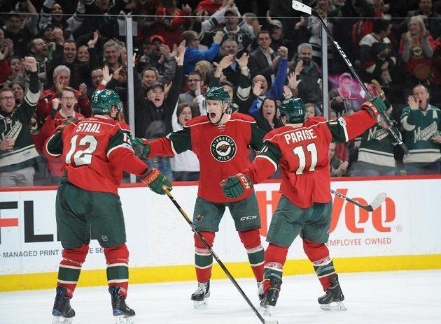 Radost hokejistů Minnesoty Erica Staala (12), Zacha Pariseho (11) a Charlieho Coylea (3).