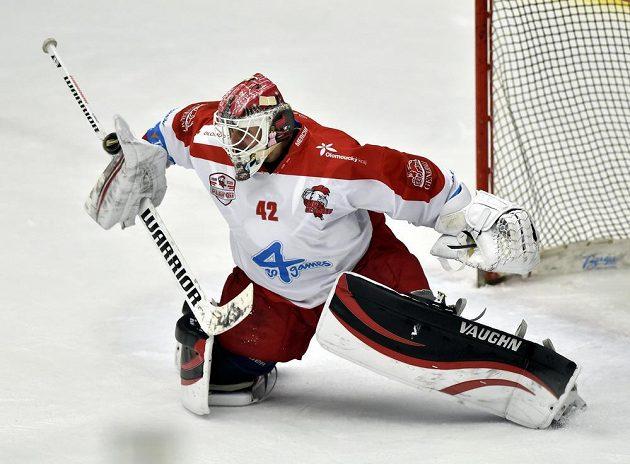 Brankář Branislav Konrád z Olomouce v akci.