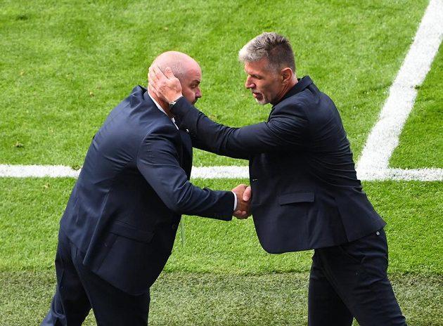 Manažer skotské reprezentace Steve Clarke se zdraví po utkání EURO s českým koučem Jaroslavem Šilhavým.