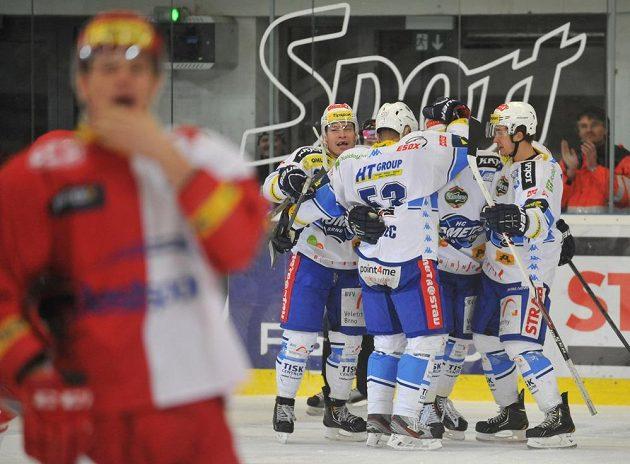Hokejisté Komety Brno se radují z gólu v utkání se Slavií.