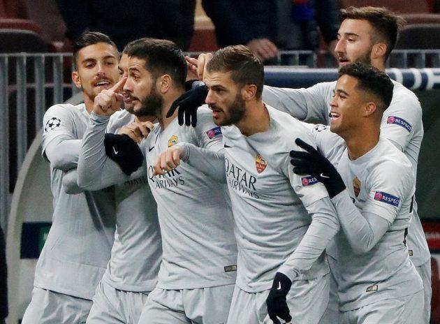 Radost fotbalistů AS Řím poté, co se italský tým ujal vedení v utkání Ligy mistrů na půdě CSKA Moskva.