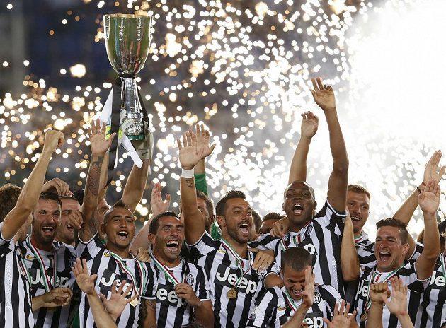 Fotbalisté Juventusu Turín se radují ze zisku italského Superpoháru.