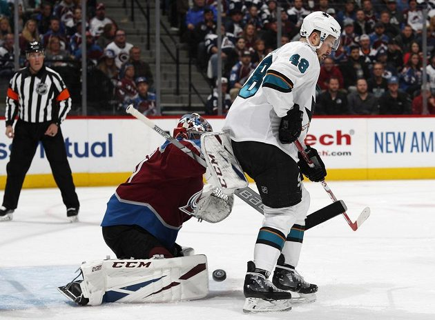 Útočník San Jose Sharks Tomáš Hertl v akci před gólmanem Colorada v utkání play off NHL.