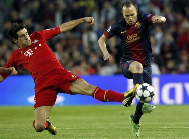 Javi Martínez (vlevo) z Bayernu se snaží zastavit Andrese Iniestu z Barcelony.