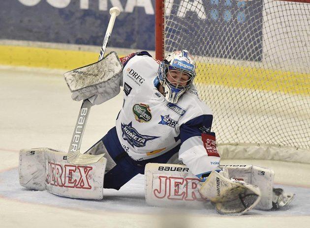 Brankář Marek Čiliak z Brna zasahuje během čtvrtfinále play off na ledě Vítkovic.