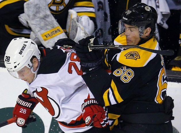 Jaromír Jágr bojuje z Bostonu (vpravo) bojuje s obráncem New Jersey Antonem Volčenkovem.