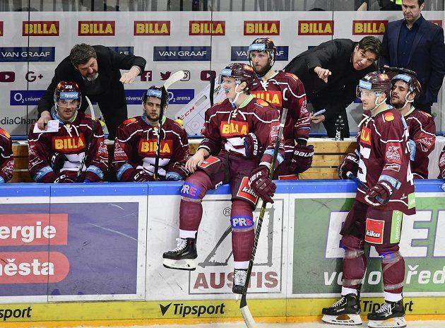 Trenéři Sparty (zleva) Jaroslav Nedvěd a Uwe Krupp udílí pokyny hráčům.