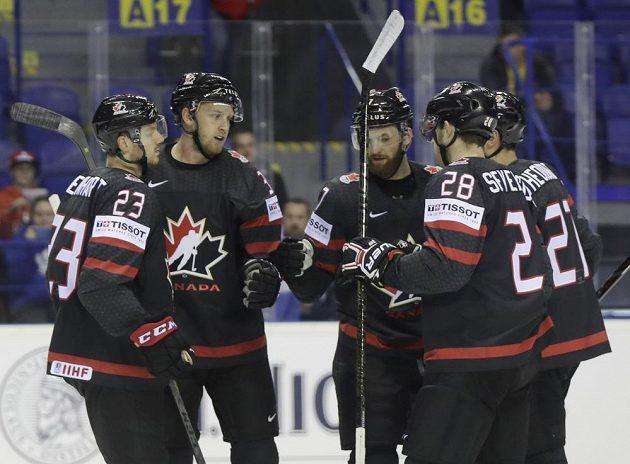 Kanadský hokejista Anthony Mantha (druhý zleva) slaví se spoluhráči gól na mistrovství světa.