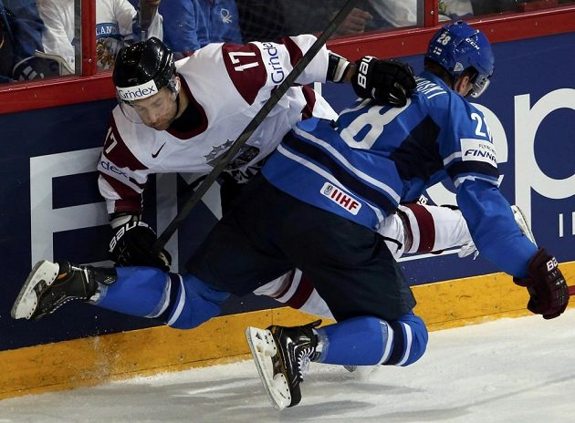 Lotyš Maris Jass (vlevo) bojuje u hrazení s domácím Laurim Korpikoskim z Finska.