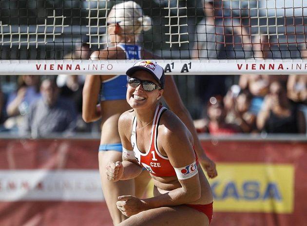 Barbora Hermannová oslavuje bod v zápase s Finskem.