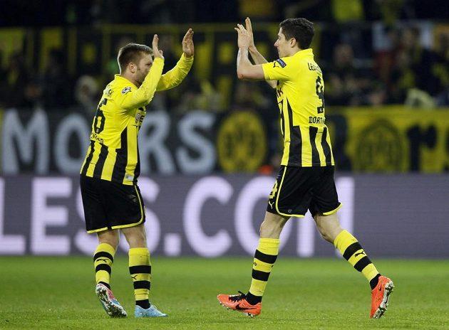 Vyrovnávací gól Borussie zařídil Robert Lewandowski (vpravo), který si plácá se svým spoluhráčem Jakubem Blaszczykowskim.
