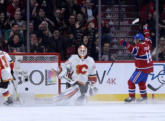 Tomáš Plekanec (14) z Montrealu jásá poté, co překonal brankáře Calgary Chada Johnsona (31).