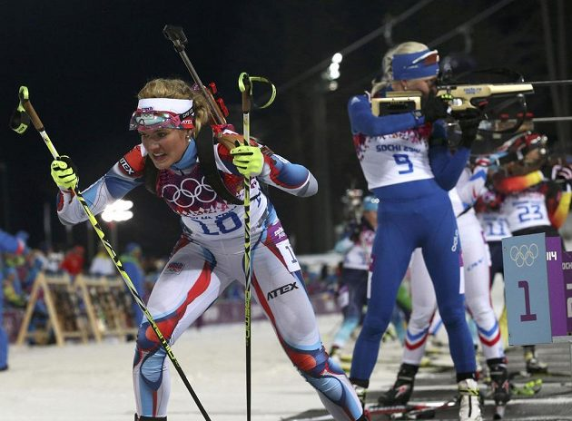 Gabriela Soukalová opouští olympijskou střelnici a letí vstříc stříbru v závodu na 12,5 km s hromadným startem.