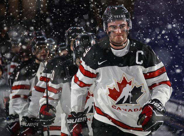 Dillon Dube vede kanadský tým na led pro třetí třetinu utkání s americkými rivaly.