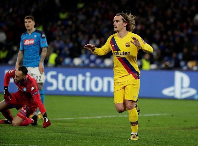 Barcelonský Antoine Griezmann se raduje po gólu proti Neapoli.