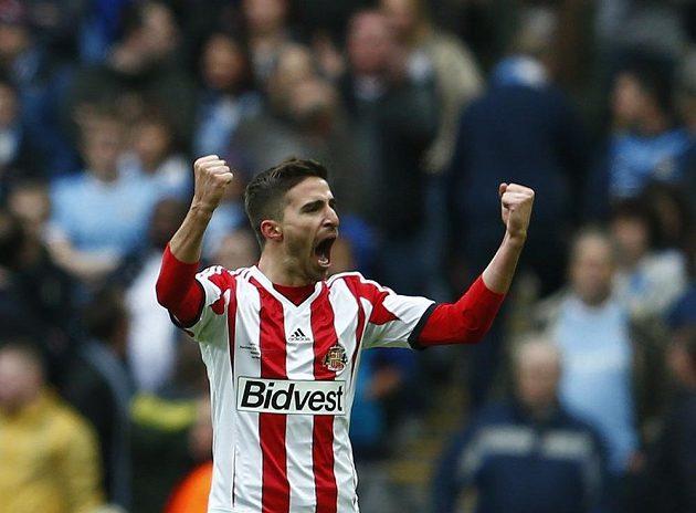 Ital Fabio Borini ze Sunderlandu slaví vedoucí gól, který vstřelil Manchesteru City ve finále anglického Ligového poháru.