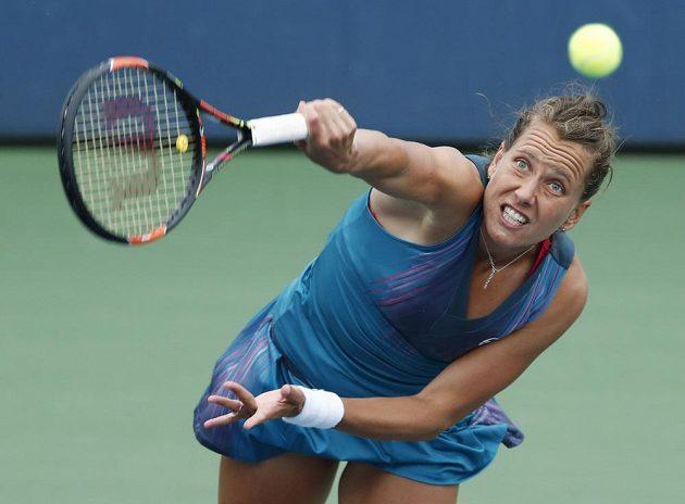 Barbora Strýcová servíruje v zápase 1. kola na US Open.