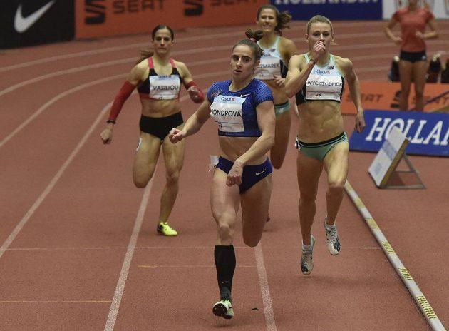 Česká běžkyně Lada Vondrová dobíhá první v závodu na 400 metrů.