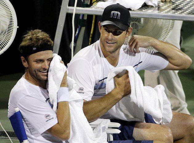 Američtí tenisté Andy Roddick (vpravo) a Mardy Fish na lavičce během zápasu v Atlantě.