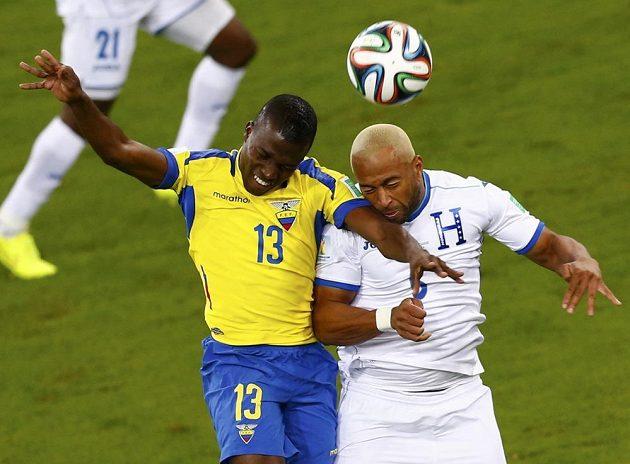 Ekvádorský útočník Enner Valencia (vlevo) a Víctor Bernárdez z Hondurasu v hlavičkovém souboji.