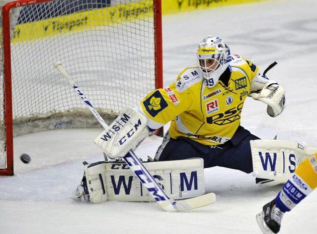 Zlínský brankář Libor Kašík zasahuje v utkání proti Pardubicím.