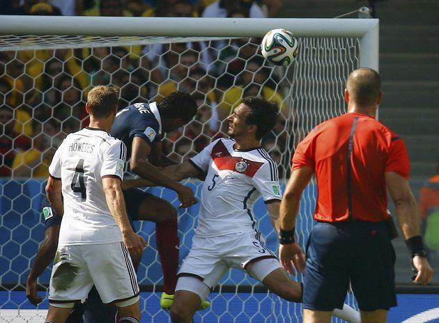 Německý stoper Mats Hummels (5) se prosadil přes francouzského obránce Varaneho a touho hlavičkou vstřelil vedoucí gól Německa.