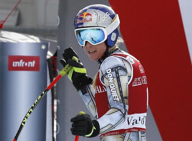 Ester Ledecká v cíli super-G ve Val d'Isere spokojeně sleduje aktuální tabulku, která jí přiřkla prozatimní první místo.