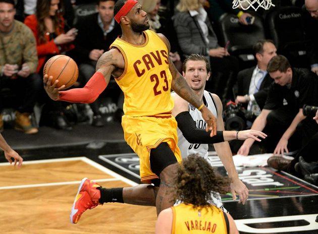 Basketbalista Clevelandu LeBron James pomohl osmnácti body k výhře Cavaliers nad Brooklynem.