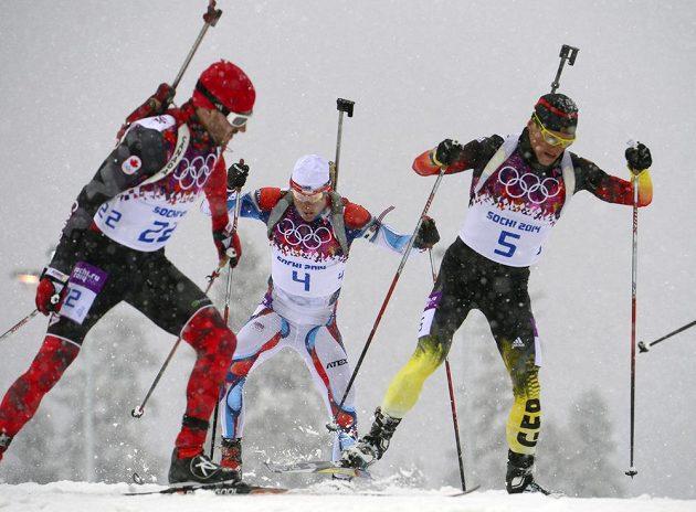 Ondřej Moravec (uprostřed) se mezi vločkami a soupeři dere k bronzové medaili v závodě na 15 km s hromadným startem.